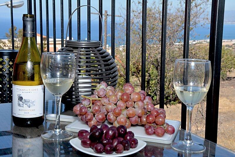 Profitez d'un verre de vin local donnant sur les merveilleuses vues sur Chrysochou Bay depuis la terrasse avant