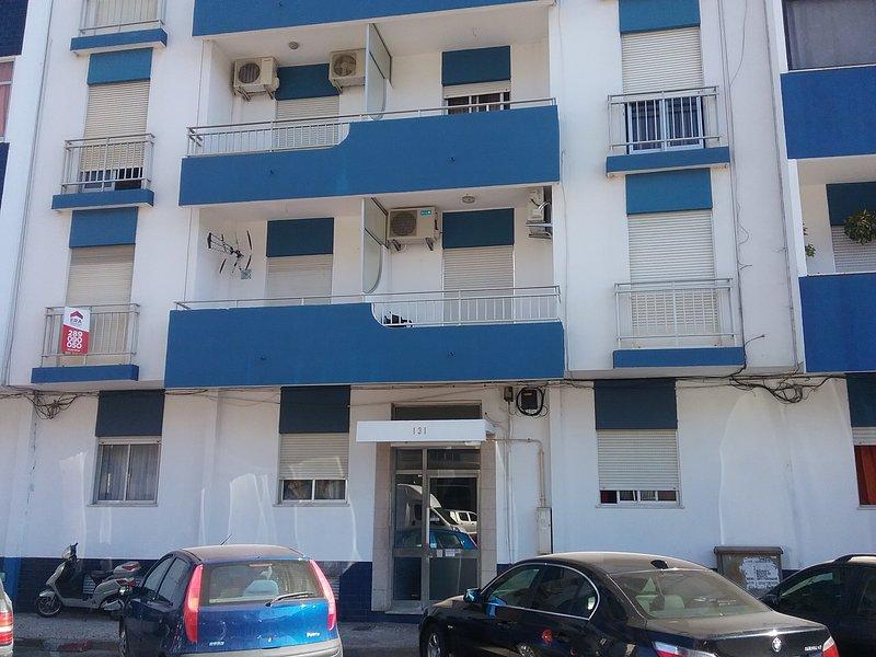 Frente al edificio, apartamento está por encima de la puerta principal