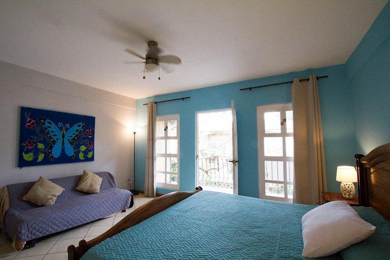 Dormitorio principal con balcón con vistas a piscina WalkOut