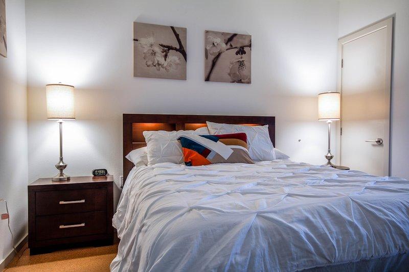 lit céleste avec balcon au large de la chambre et le salon