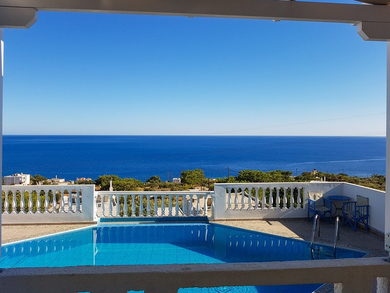 Big house with swimming-pool & Wifi, holiday rental in Achlia