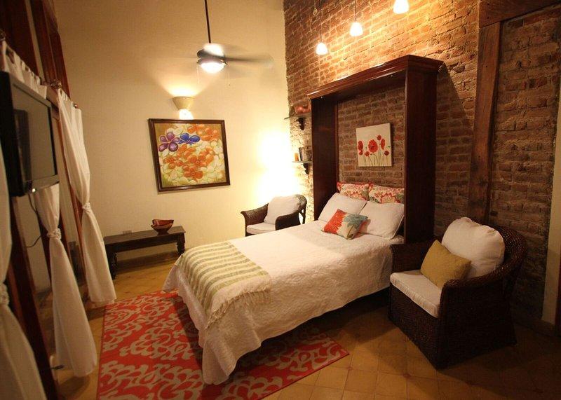 """Sala är också 2 sovrum, med riktig drottning madrass och 3 """"fjäder topper, high end sängkläder, AC och TV"""