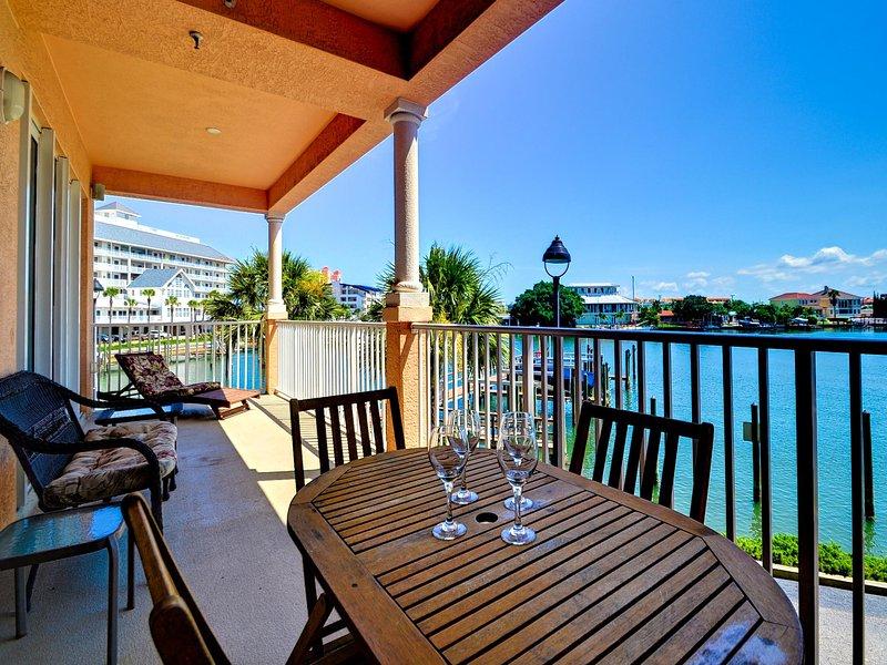 Venga a disfrutar de la brisa cálida y la hermosa vista de este condominio Harborview Grande