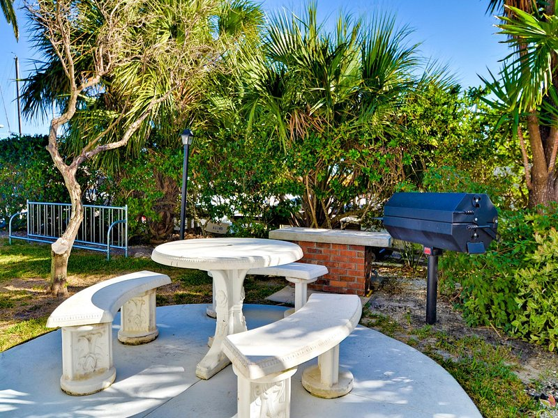 mesa de picnic y parrilla junto a la bahía.