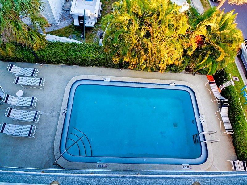 piscina junto a la bahía.