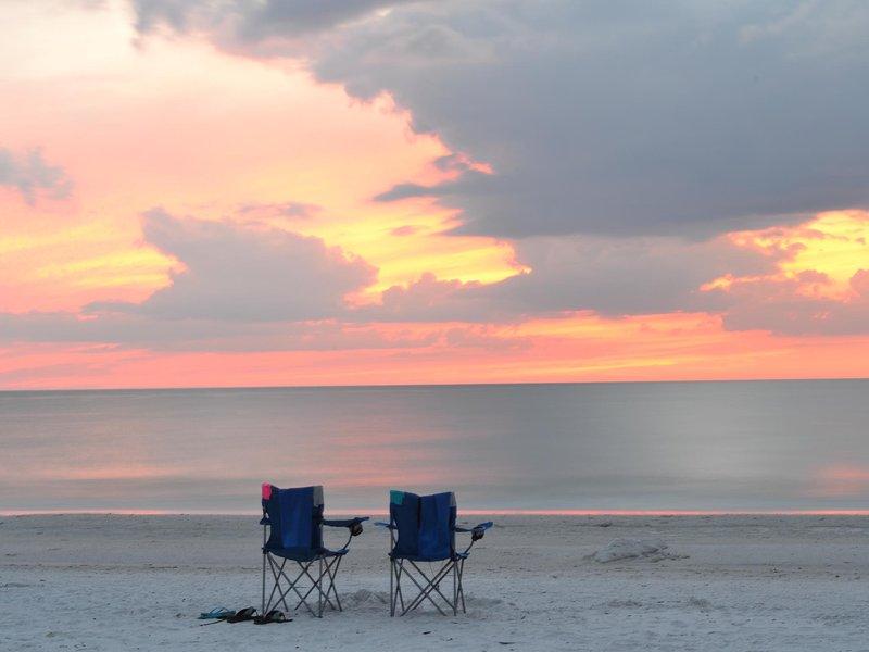 Poner los pies en la arena y disfrutar de la vista.