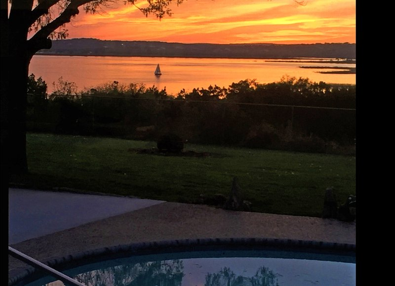Beautiful Lake Views, Pool, Hot Tub, Lots of Outdoor Games, 8' Slate Pool Table, holiday rental in Fischer
