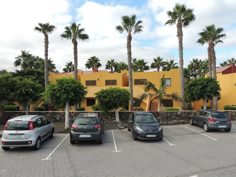 Quiet, serene clean appartment, beautiful gardens, very close to amenities and beach.