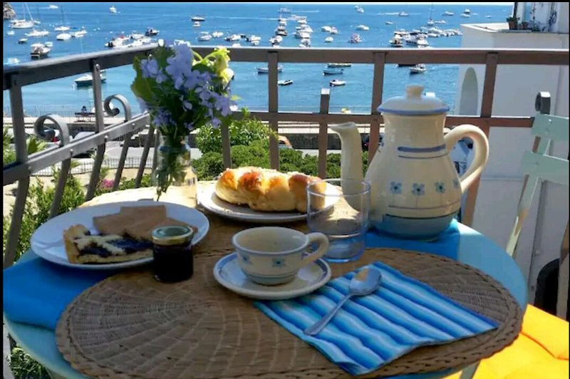 Wake up and have breakfast with the Aragonese castle, Capri on the horizon and the sea of ​​Ischia !!!