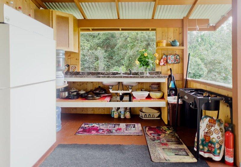 évier, réfrigérateur, 2 plaques de cuisson .. .simple