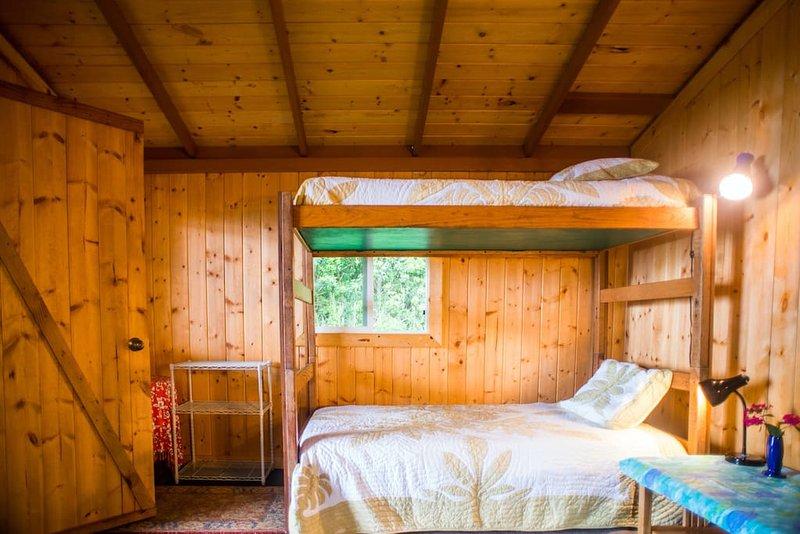 våningssängar inne i sovrummet.