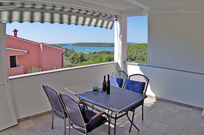 Holiday apartment Iris, shared pool and sea view, location de vacances à Banjole