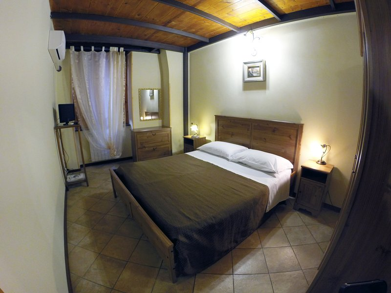 DOUBLE ROOM WITH PRIVATE BATH, LIVING ROOM, KITCHEN, WASHING MACHINE, AIR CONDITIONING.