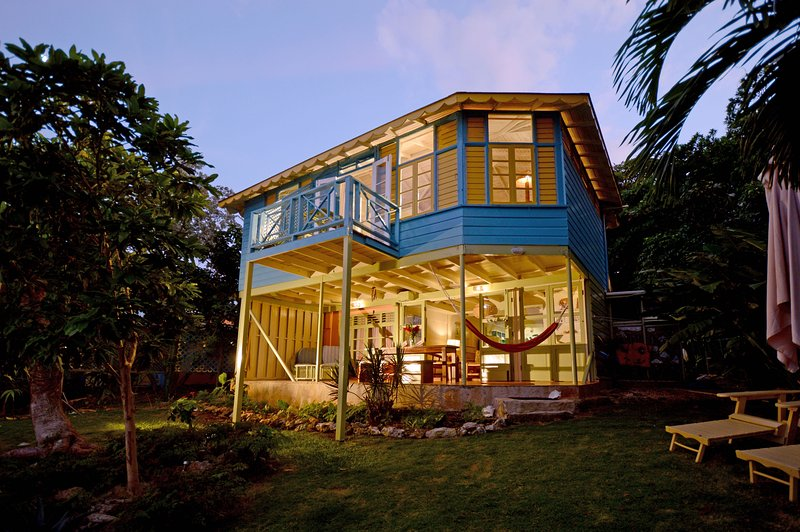 A spacious and eclectic 1-bed cottage on the sea in Ocho Rios – semesterbostad i Ocho Rios