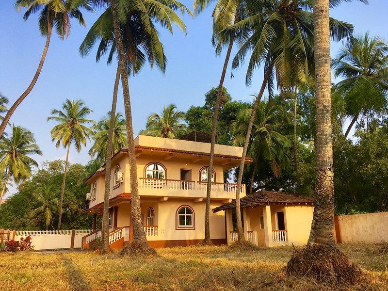 Mauricia cebo Villa Morjim, vista desde el jardín de palmeras