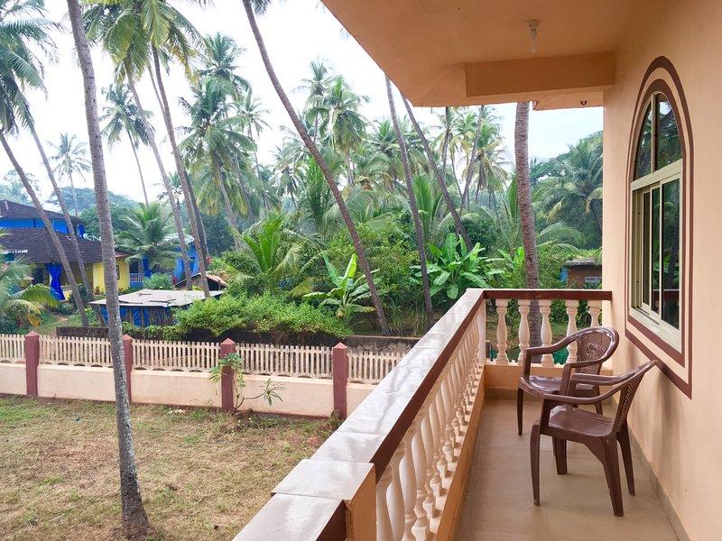 Vista da varanda para o jardim de palmeiras