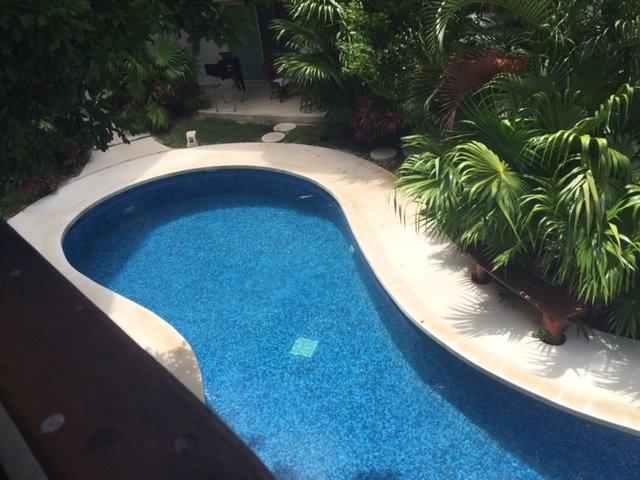 Vista a la piscina desde el balcón frontal