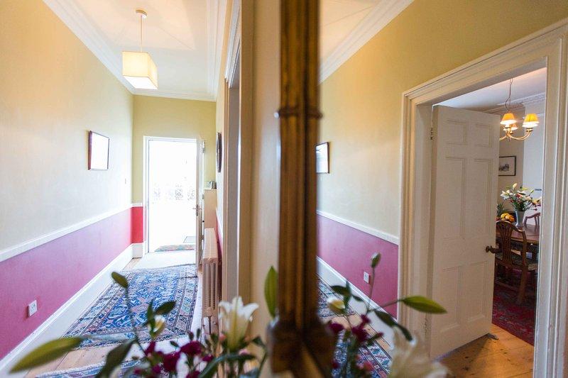 La salle donnant sur la porte d'entrée.