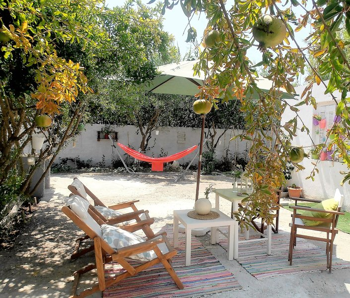 House with garden near the sea & the city center, location de vacances à Kos Town
