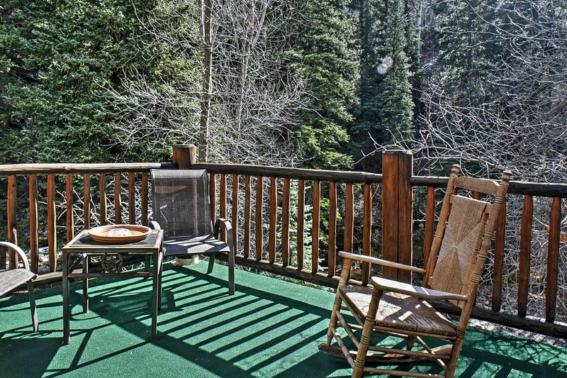 With a private deck overlooking the majestic mountains, this studio guarantees spectacular views!