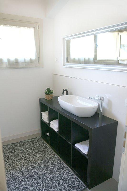 cuarto de baño completo en el primer piso