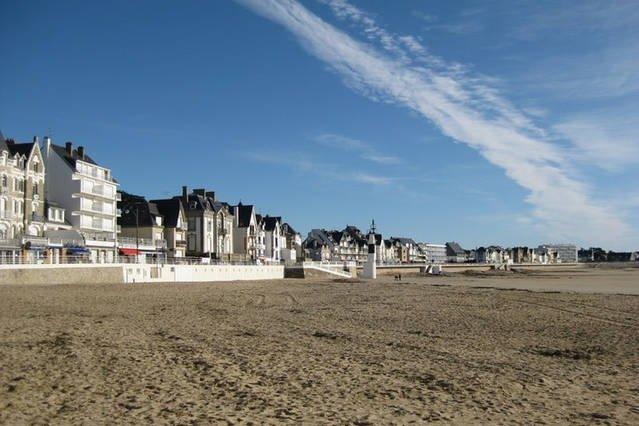 Grand plage de sable fin