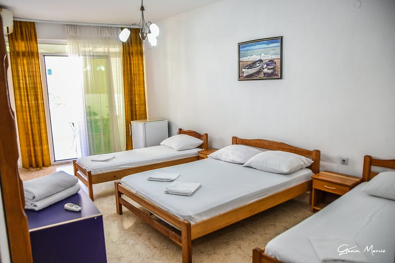 #9 Zeko-Apartments with Balcony for four!, holiday rental in Donji Stoj