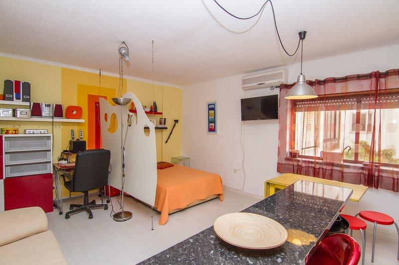 Fulmar Studio, Praia da Rocha, Algarve, vacation rental in Praia da Rocha