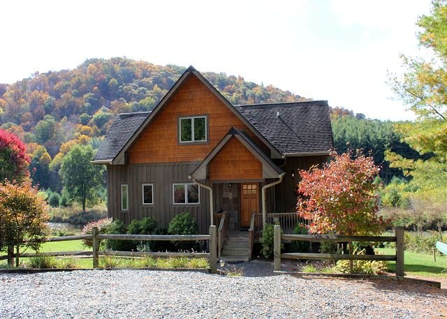 RIVERSIDE REFLECTIONS -Easy River Access, Fire Pit, WiFi & Covered Porch!, alquiler vacacional en Piney Creek
