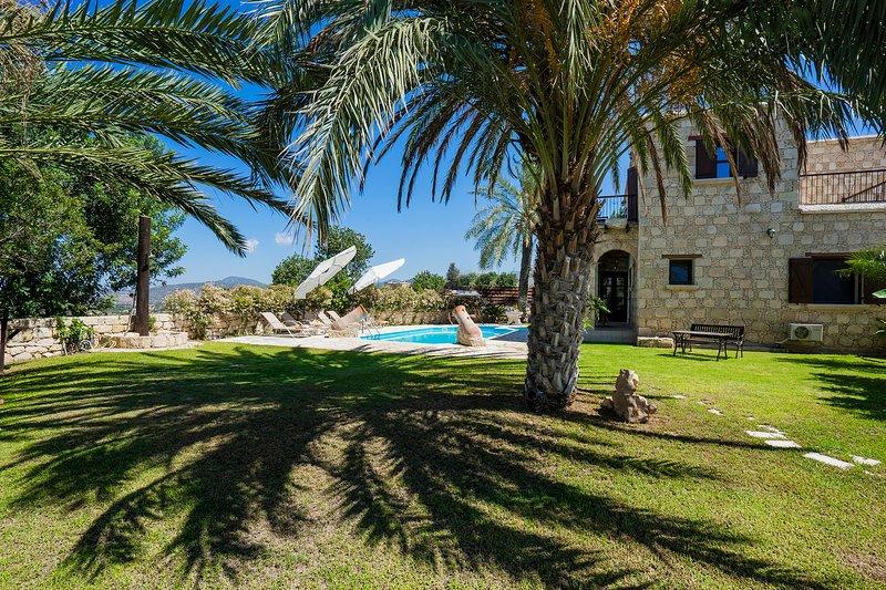 Villa Triteos, Peristerona, Polis -Private Stone Built Villa near Village Centre, aluguéis de temporada em Polis