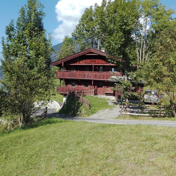 Hütte im Zillertal in summer. The house is accessible by car.