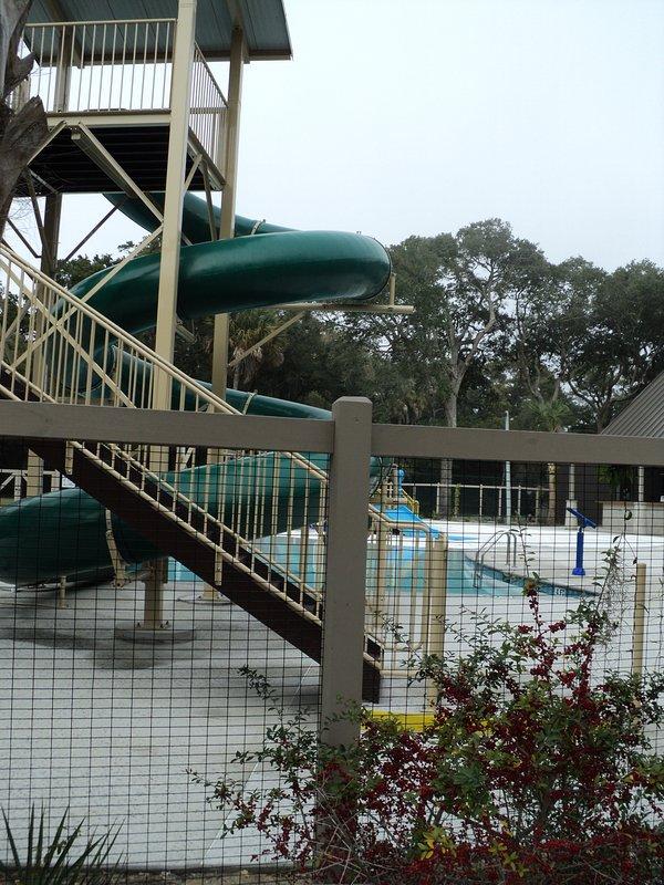 toboggan aquatique au parc enfants de l'eau
