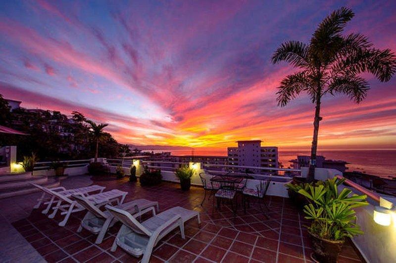 Puesta de sol vista desde el patio de la azotea. Las vistas de la bahía y la ciudad.