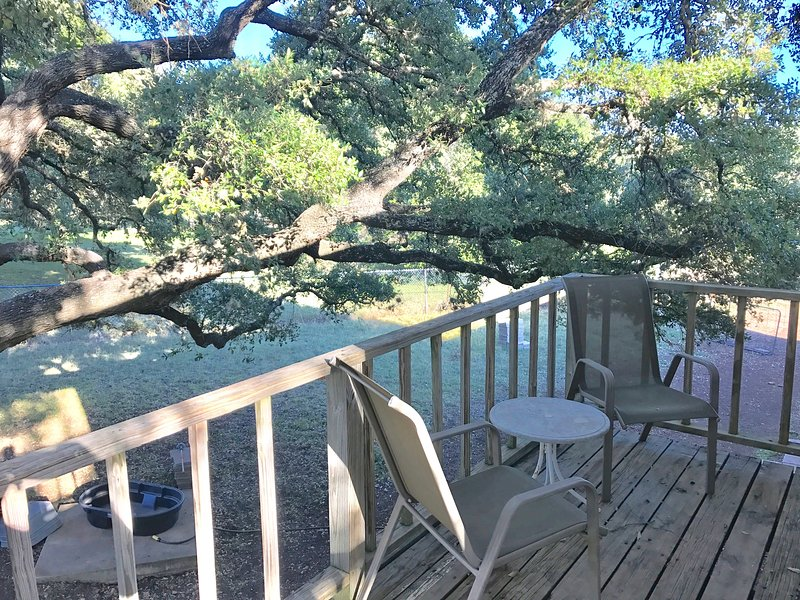 Pets Welcome! Private 3 acre fenced-in retreat, vacation rental in Round Rock