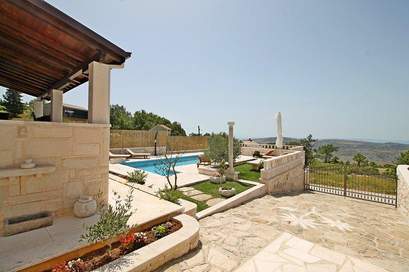 Ben arredato paesaggio meraviglioso piscina con 6 chailrs sdraio