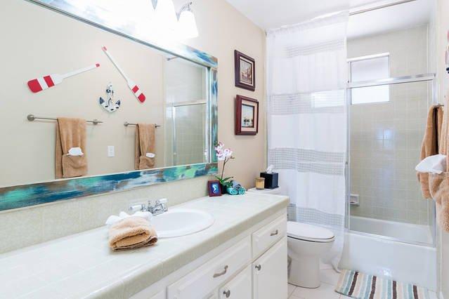 Cuarto de baño completo pasillo compartido con sala de literas y habitación de matrimonio.