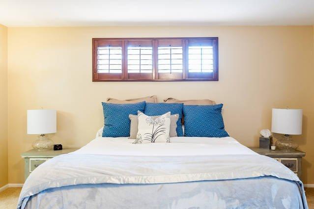Súper cómoda cama de California en dormitorio principal
