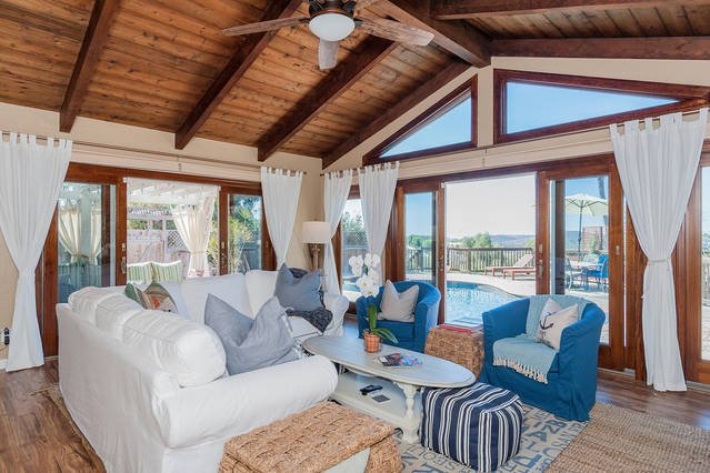 Ventanas de piso a techo y puertas de doble patio crear verdadera vida al aire libre