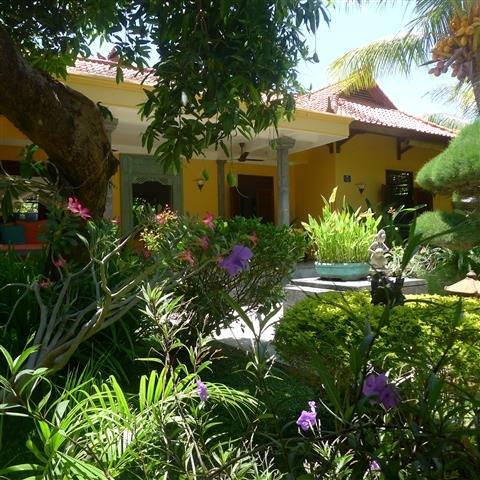 Villa in grote tropische privétuin met heerlijk zwembad bij zee in Noord Bali – semesterbostad i Bondalem