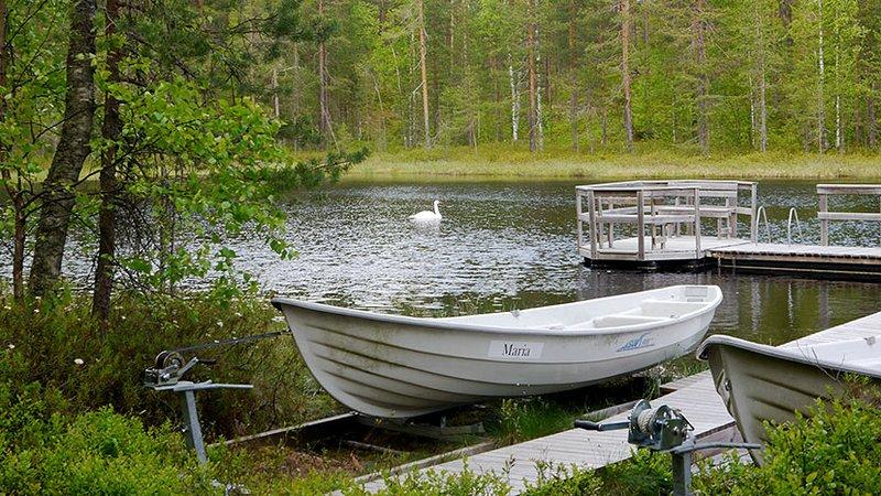 Private oever van het meer en boten