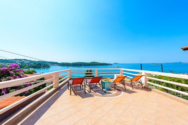 Amplia terraza con vistas panorámicas al mar