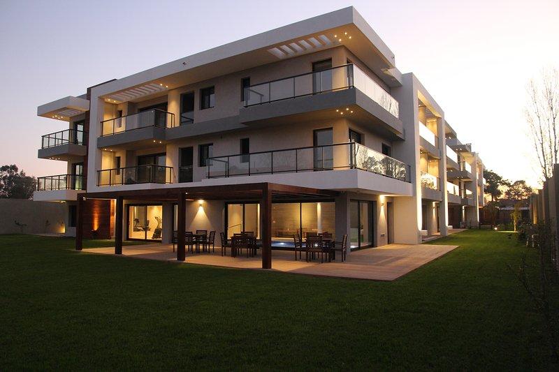Vue du bâtiment, piscine et jardin communautaire