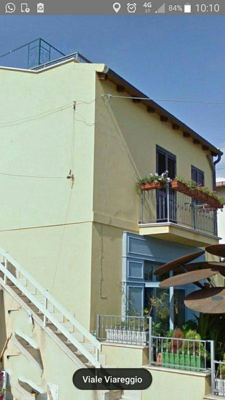 en perspectiva lateral exterior con escalera de acceso