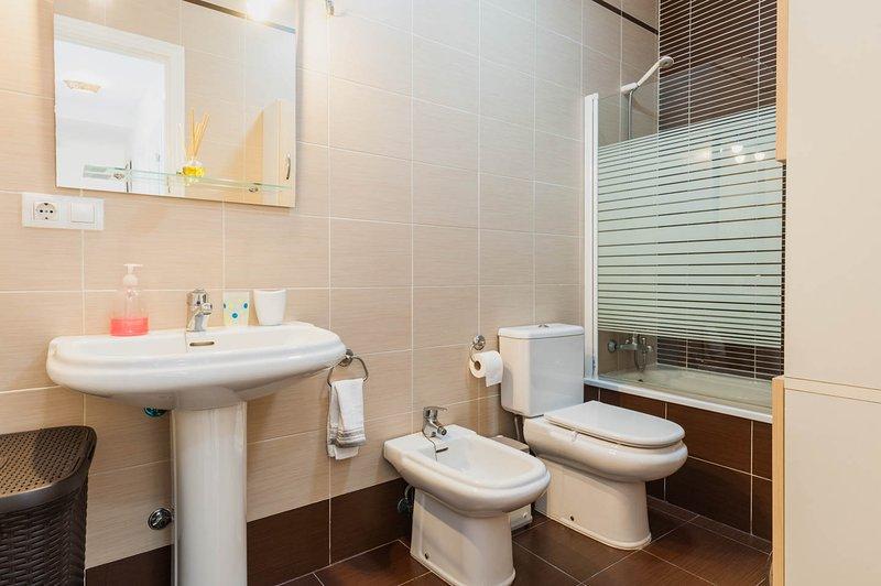 Espaçosa casa de banho, remodelado e completamente