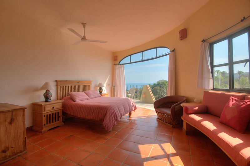 uno de dos dormitorios en la casa principal con aire acondicionado y baño privado