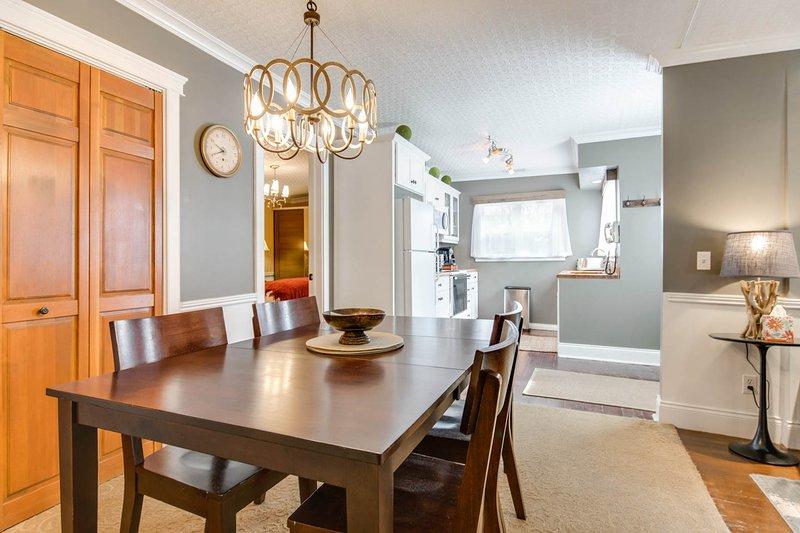 Salle à manger avec 6 chaises et cuisine bien équipée avec des pots et des casseroles, beaucoup d'épices et de marchandises sèches.