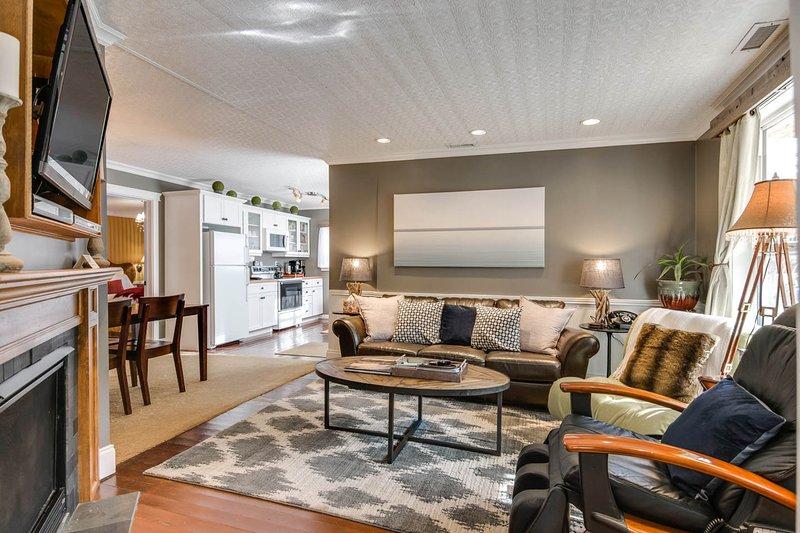 Salon avec TV LCD HD et Tivo, canapé en cuir, Brookstone chaise de massage, etc.