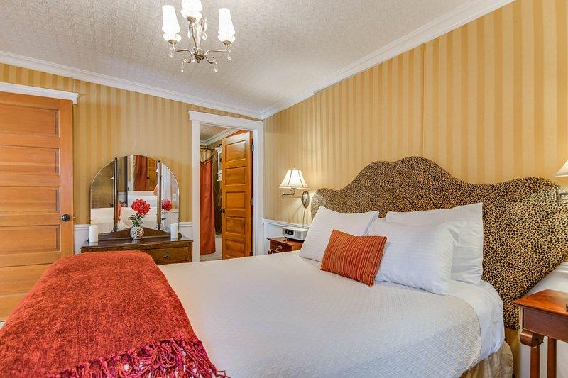 Or chambre avec salle de bain attenante avec baignoire à remous et douche à effet pluie.