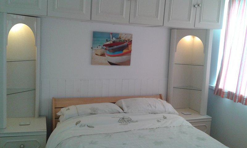 quarto de casal confortável com muito espaço de armazenamento.
