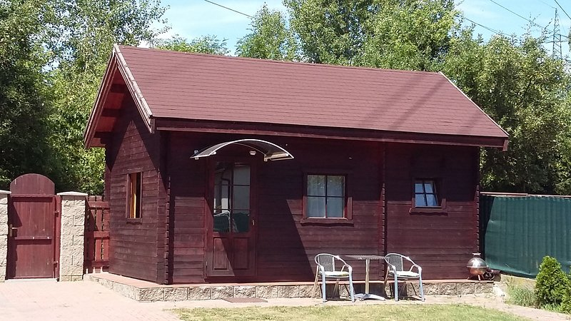 Nice new wooden cottage in Prague, location de vacances à Pysely